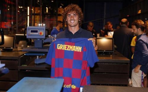 Antoine Griezmann berkeliling toko resmi Barcelona (Foto: Situs resmi Barcelona)