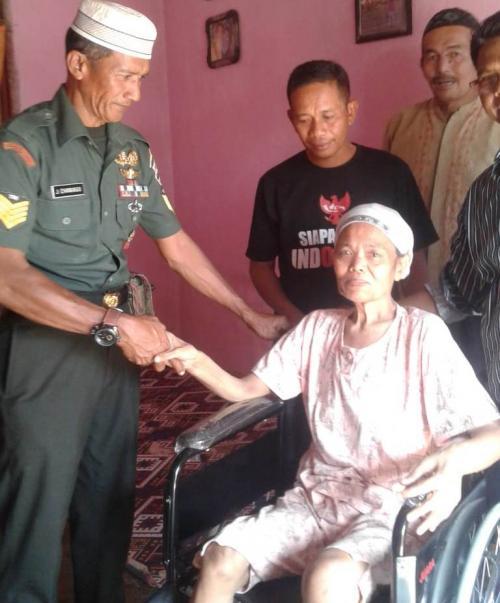 Nenek Opet Lumpuh 30 Tahun, Serma Jefrimmanedi Sisihkan Gaji Beli Kursi Roda (dispenad)