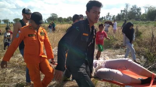 Evakuasi 3 WNA penumpang helikopter jatuh di Lombok Tengah. (Muzakir)