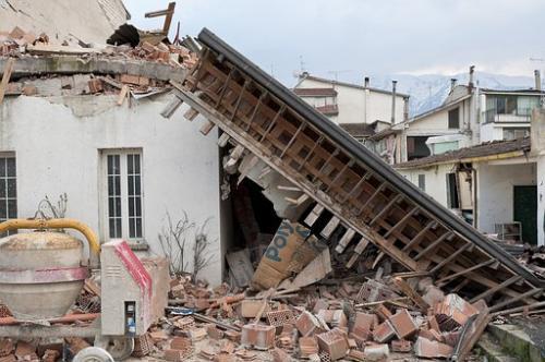 Bangunan hancur kena gampa