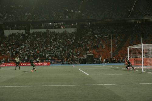 Odion Ighalo menyamakan kedudukan lewat eksekusi penalti (Foto: CAF_Online/Twitter)