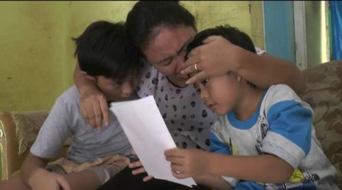 Istri Kapten Juliantono Terisak Menanti Kabar Suami (foto: Wijayakusuma/Okezone)