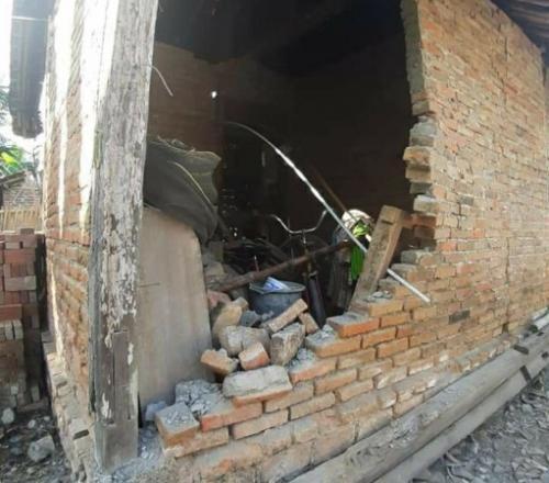 Rumah di Banyuwangi rusak akibat gempa 5,8. (Avirista Midaada/Okezone)