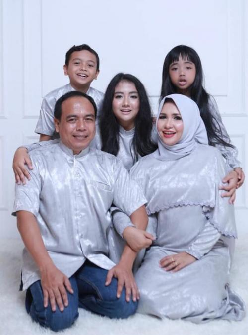 Evi Apita Maya dan keluarga. (Foto: Ist)