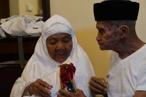 Kakek-nenek asal Ambon, Mahmud Sopamena (87) dan Kalsum Litiloli (75), naik haji bersama. (Foto : Darmawan/MCH)