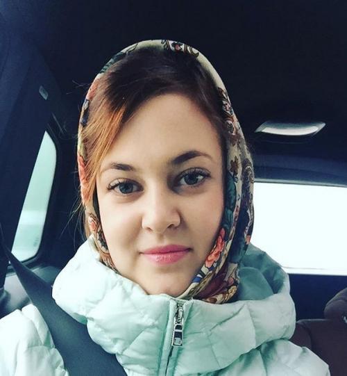 PNS Anna Anufrieva dengan penutup kepala