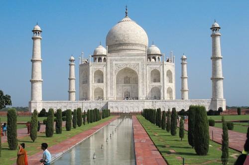 Simbol cinta, Taj Mahal merupakan makam dengan marmer putih yang terletak di Agra, Uttar Pradesh, India.