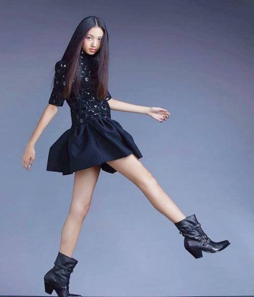 Para netizen China tengah terkagum-kagum dengan bentuk kaki yang mengagumkan dari seorang model belia yang baru saja berkarir di industri modeling dan fesyen China, Ella Yam.