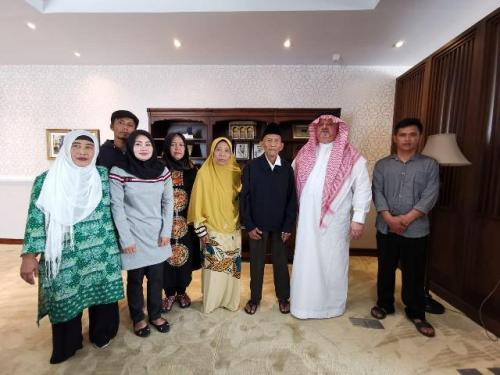 Kakek Uhi dan keluarga diundang berhaji ke Tanah Suci. (Foto: Ist)