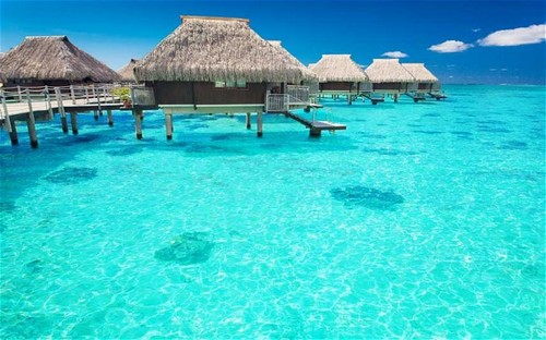 Maldives merupakan salah satu dari surga dunia yang memiliki 23 pulau dengan hamparan laut biru.
