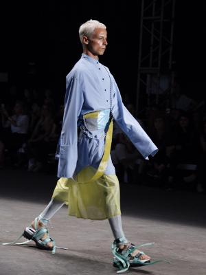 model berjalan di catwalk