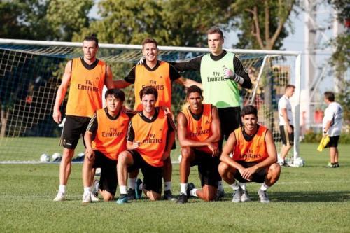 Raphael Varane bersama para pemain Real Madrid