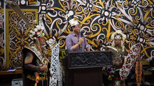 Ahok dapat penghargaan dari Suku Dayak (Foto: Youtube)