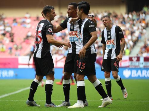 Newcastle United melakukan selebrasi