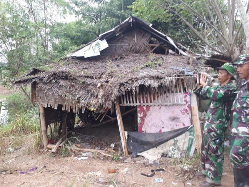 Kodim 0510/Tigaraksa bedah gubuk reyot milik Ibu Jamro. (Foto : Dinas Penerangan Kodam Jaya)