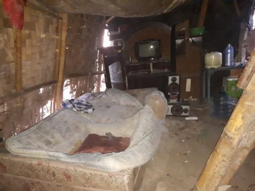 Dandim 0510/Tigaraksa Meneteskan Air Mata Lihat Kemiskinan Ibu Jamro. (Foto : Dinas Penerangan Kodam Jaya)