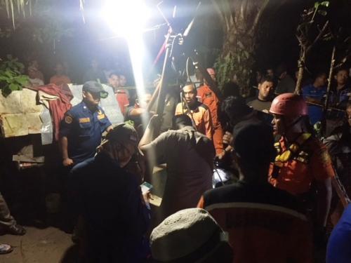 Penyelamatan Kakek Slamet dari dalam sumur. (Foto: Sigit Dzakwan/Okezone)
