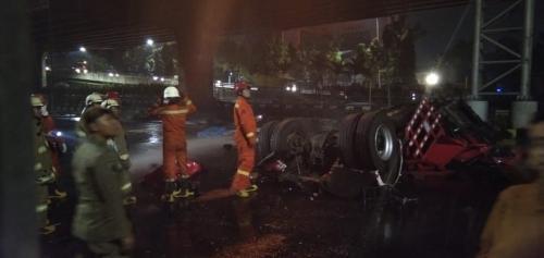Truk tangki Pertamina terbakar di Rawamangun. (Foto: Humas Sudin Damkar DKI Jakarta)