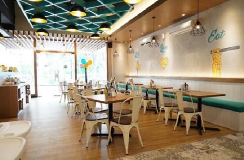 Pembeda Bakmitopia dengan restaurant yang memiliki menu serupa adalah, susana outlet Bakmitopia yang trendy dan cozy