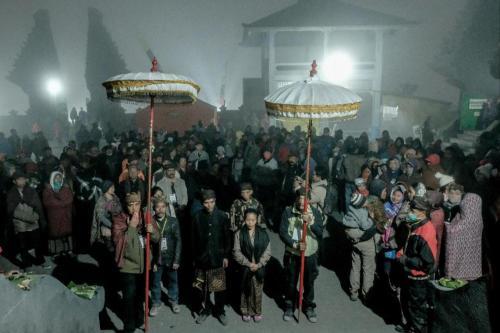Saat upacara Yadnya Kasada Bromo berlangsung, masyarakat Suku Tengger berkumpul dengan membawa hasil bumi,