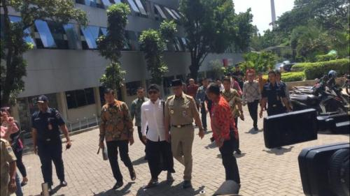 Gubernur DKI Jakarta Anies Baswedan Berjalan Bersama Gus Miftah Menuju Masjid Fatahillah, Balai Kota DKI Jakarta (foto: Sarah Hutagaol/Okezone)