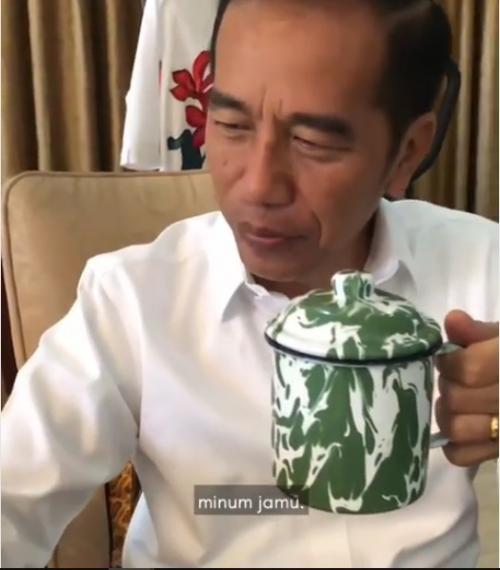 Pria minum jamu