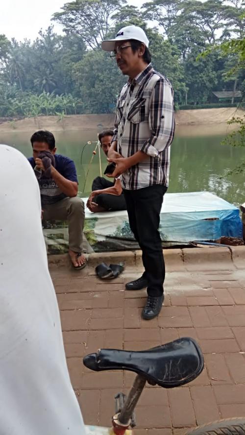 Oknum Pegawai Kelurahan Cirendeu yang Kerap Meminta Uang kepada warga yang Sedang Membuat Pagar (foto: Ist)