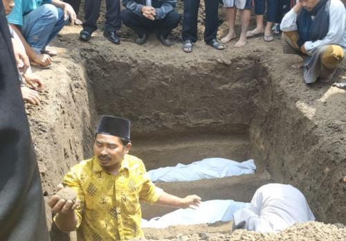 Pemakaman 4 Bocah Korban Kebakaran di Rumah Kontrakan Kawasan Kota Batu, Jawa Timur (foto: Avirista Midaada/Okezone)