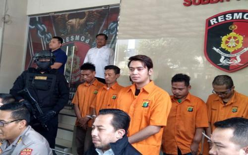 Tuty Suratinah kecewa, Antony Hillenaar mengabaikan kesepakatan damai dan menjebloskan Kriss Hatta ke dalam penjara. (Foto: Okezone)