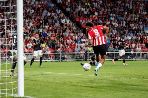 Gol Donyell Malen di penghujung babak kedua mengantar PSV menang tipis 3-2 (Foto: UEFA)