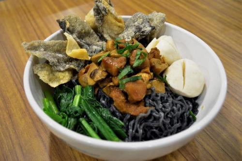 Hidangan ini terbilang unik. Tekstur bakminya berwarna hitam karena telah melalui proses infused menggunakan charcoal (arang).