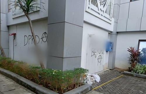Coretan vandalisme di Pemkab Bojonegoro. (Avirista Midaada)