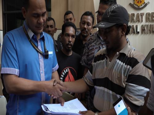 Penyerahan KTP warga Aceh untuk dukungan ke Teungku Munirwan (Foto: Windy/Okezone)