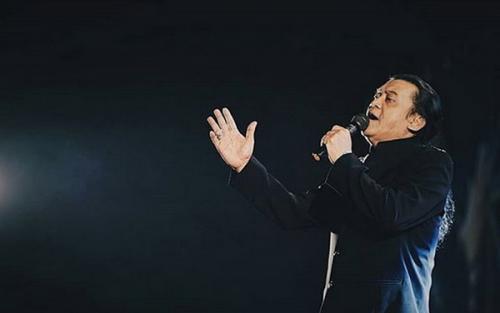 Pria menyanyi