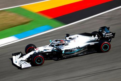 Lewis Hamilton sedang melaju di lintasan balap