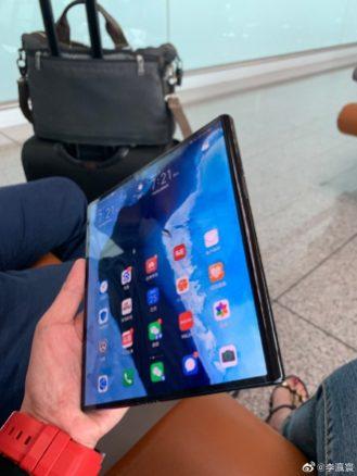 Sebelum Huawei merilis Mate X, beredar foto-foto yang menunjukkan desain ponsel lipat dalam genggaman tangan.