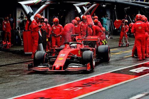 Sebastian Vettel sedang melaju di lintasan balap