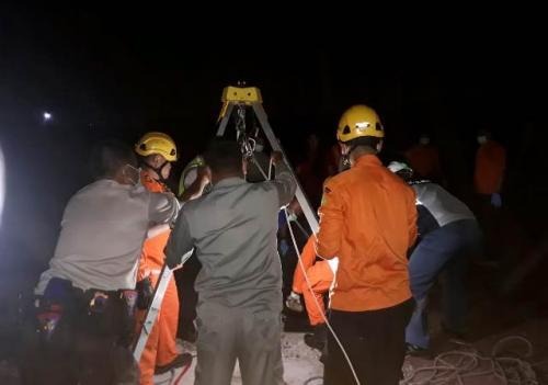Evakuasi pekerja kapal yang tewas diduga karena hirup gas beracun. (Ist)