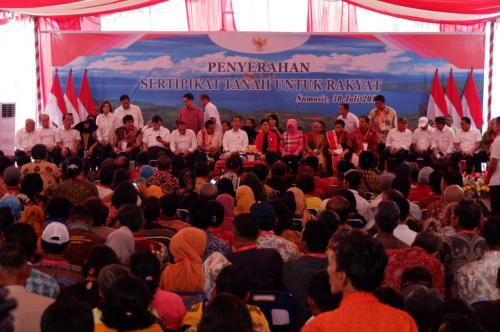 Jokowi bagikan sertifikat di Danau Toba