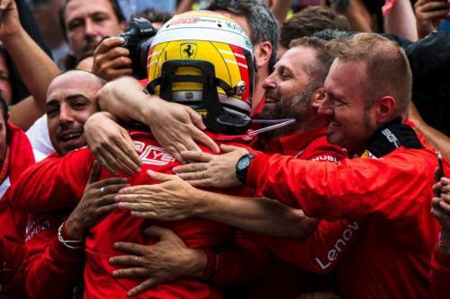 Sebastian Vettel disambut hangat kru Ferrari (Foto: Situs resmi Scuderia Ferrari)