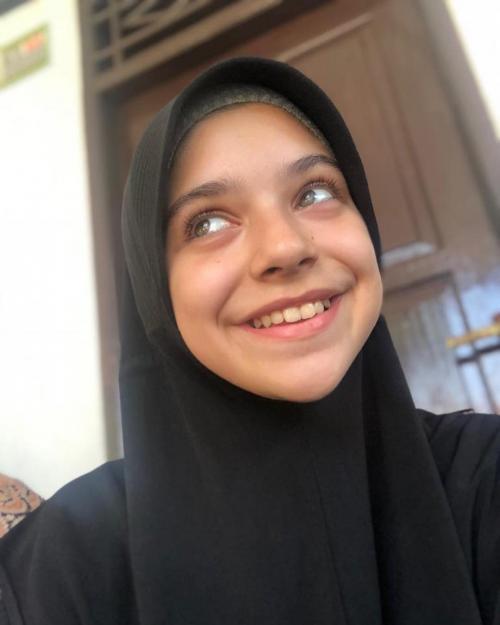 Isabel Azhari senyum