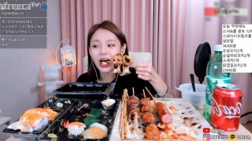 Perempuan makan