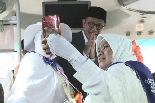 Menag Lukman Hakim berfoto bersama jamaah usai tiba di Arab Saudi. (Foto : Darmawan/MCH)