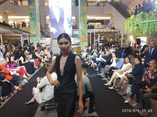 Wanda Ponika berkolaborasi dengan desainer muda, seperti Yosafat Dwi Kurniawan dan Ayu Mirah.