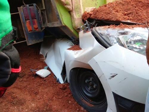 Kecelakaan Truk Tanah Menimpa Mobil di Karawaci, Tangerang (foto: Ist)