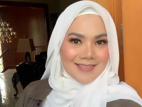 Kedekatan Vicky Prasetyo dengan Sarita Abdul Mukti ternyata tak direstui netizen. (Foto: Instagram/@queen_saritaabdulmukti)