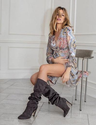 Abbey Clancy dengan boots hitam