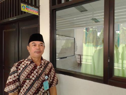 Siswa di SDN Pondok Benda 02 Pamulang, Tangerang Selatan (Tangsel) Belajar Tanpa Meja dan Kursi (foto: Hambali/Okezone)