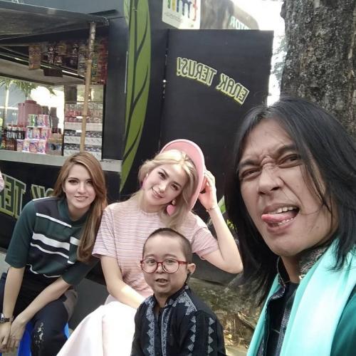 Kebersamaan Daus Mini dengan mendiang Agung Hercules, Nia Ramadhani, dan Jedar. (Foto: Instagram)