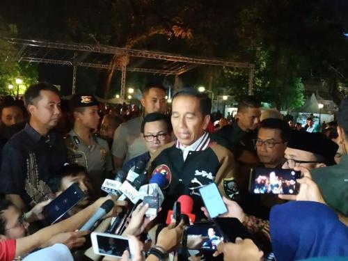 Jokowi di Sela-Sela Pertunjukan Wayang Kulit di Istana Merdeka, Jakarta (foto: Fakhrizal Fakhri/Okezone)